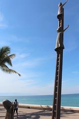 Puerto Vallarta: Malecón - En busca de la razón (wallyg) Tags: centro coloniacentro jalisco méxico malecón malecon mexico puertovallarta enbuscadelarazón enbuscadelarazon searchingforreason sculpture statue sergiobustamante