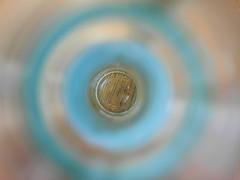 den Sachen/Dingen auf den Grund gehen (nirak68) Tags: lübeck schleswigholsteinkreisfreiehansestadtlübeck deutschland ger 067365 flasche mineralwasser bodenblick vonoben bottle perspektive fromabove 2017ckarinslinsede atsh