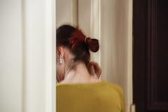 Parallèles (carnoy.laurent) Tags: femme woman home chez soi jaune door cheveux hair boucle doreille earing yellow porte