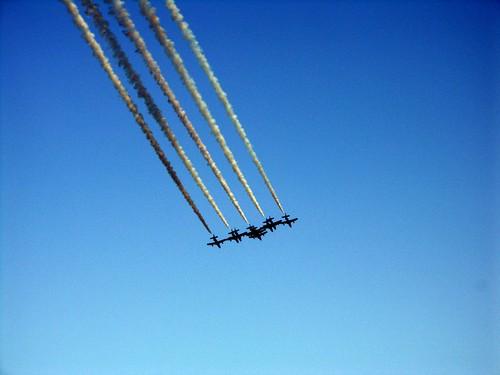 aerei su cielo azzurro con scie discesa