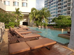 Zwembad bij hotel in Bangkok