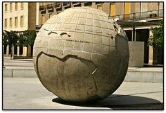 El resto del mundo, Fuente de la Hispanidad, Zaragoza (Jess Cano Snchez) Tags: plaza sculpture espaa fountain pilar canon square spain fuente zaragoza escultura font aragon saragossa eos20d plaa espanya arago tamron18200 elsenyordelsbertins enunlugardeflickr