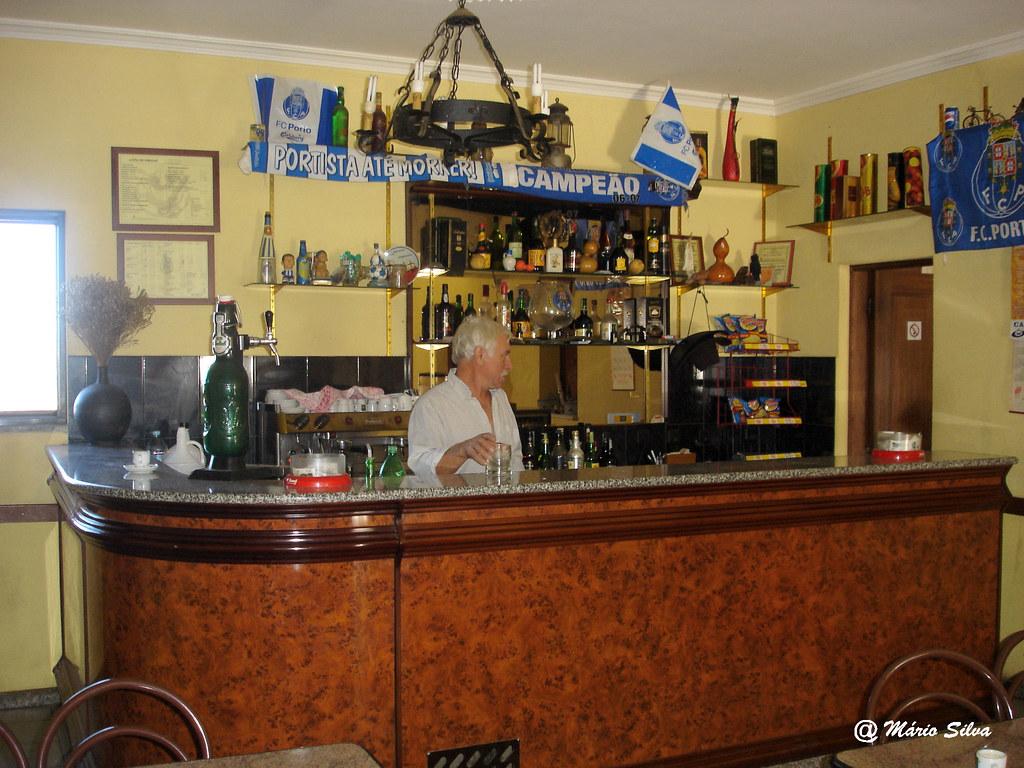 Águas Frias (Chaves) - ... café restaurante do Quim Russo com o dito ao balcão - nov 07