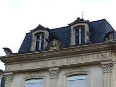 Saint-Jean-d'Angély, Charente-Maritime (Marie-Hélène Cingal) Tags: france sudouest charentemaritime 17 poitoucharentes nouvelleaquitaine twins fenêtres windows finestre ventanas saintjeand'angély