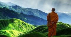 """Das Gebirge. Die Gebirge. Der Himalaya im Hintergrund ist ein Hochgebirge. Vorne steht ein buddhistischer Mönch. • <a style=""""font-size:0.8em;"""" href=""""http://www.flickr.com/photos/42554185@N00/33057653812/"""" target=""""_blank"""">View on Flickr</a>"""