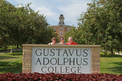 IMG_0247.jpg (Gustavus Adolphus College) Tags: old family sign student day main move oldmain movein firstyear moveinday 201204 20150904