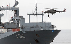 Verteidigungsminister besucht die Marine (Offizieller Auftritt der Bundeswehr) Tags: berlin deutschland warnemünde marine bundeswehr einsatzgruppenversorger bordhubschrauber bundeswehrfotos aufseeostsee lynxmk88a