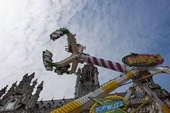 Kermisattractie (Omroep Zeeland) Tags: lucht middelburg kermis stadhuis apparaat gebouw mensen snelheid attractie
