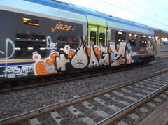 067 (en-ri) Tags: yoga train writing torino graffiti grigio crew mf arrow azzurro bianco arancione faccina pevs oagy