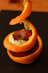Se méfier des apparences ... (leblondin) Tags: cuisine aliments orange peaudorange pomme apple composition éplucher food peel schälen cáscara nourriture comida lebensmittel maçã apfel manzana