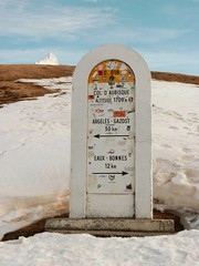 borne de directions (chrdraux) Tags: gourette aubisque neige pyrénéesatlantiques64 montagnes borne pierre indication direction