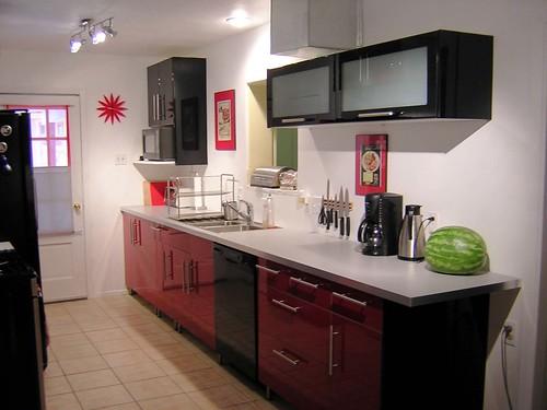 Ou então, ao invés de prateleiras, para guardar pratos, poderia fazer armário assim, com portas basculantes, e o outro armário do lado oposto da parede, com portas normais (onde guardarei as comidas). Quanta indecisão!