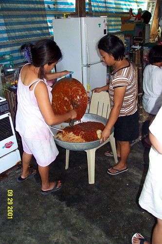 Philippinen  菲律宾  菲律賓  필리핀(공화국) Pinoy Filipino Pilipino Buhay  people pictures photos life  food, Philippines, rural, woman, working food spaghetti wok big preparing feast cooking