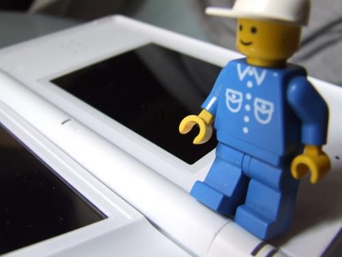 Mister LEGO jugando con la Nintendo DS apagada