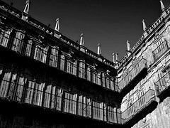 Plaza Mayor, Salamanca (MaiKoh) Tags: blackandwhite bw espaa abstract blancoynegro contrast spain angle perspective angles bn minimal contraste vista perspectiva salamanca minimalism simple plazamayor minimalismo citysquare abstracta ngulo castillaylen sencillo mnimo 123bw ngulos