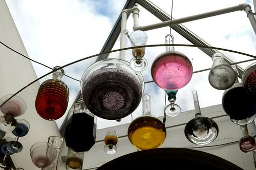 Gefäße mit farbigen Flüssigkeiten, künstlerische Installation in der Eingangshalle des Musikhuset und Kunstmuseum Esbjerg, Dänemark (53)