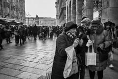 Guide phone (MaCri!) Tags: fujifilmxpro1 xf18mmf2r primelens blackandwhite bw streetphotography candid people citylife milano piazzadelduomo phone
