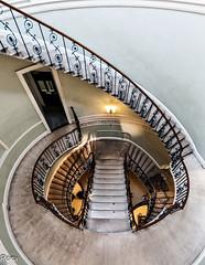 Hueco de escalera (Perurena) Tags: uk house london metal stairs casa steps londres perspectiva escaleras escalones reinounido barandilla hierro hueco peldaos pasamanos sommersethaouse