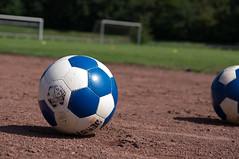Anglų lietuvių žodynas. Žodis ball reiškia I1. n 1) rutulys; 2) kamuolys, sviedinys; to keep the ball rolling palaikyti, paremti pašnekesį;2. v tapti kamuoliu; suvyti į kamuolį; IIn pokylis, balius lietuviškai.
