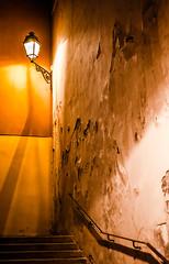 Entre les cloisons ... (Fabrice Le Coq) Tags: orange jaune rue mur nuit paysages ville lampadaire urbain escaliers marches fabricelecoq