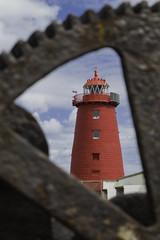 Dublin Poolbeg Lighthouse (pepsamu) Tags: blue ireland red sky dublin lighthouse metal azul canon faro bay rojo rust crane gear cielo irlanda baha gra xido dublinbay engranaje dubln 1100d poolberg dublinpoolbeglighthouse