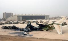 04/12/2003 Restos de una aeronave iraqu incendiada. Tras ella, blindados del Ejrcito norteamericano. Foto: REUTERS/Kai Pfaffenbach (Ministerio de Defensa) Tags: iraq nave baghdad ejercito norteamericano incendiada