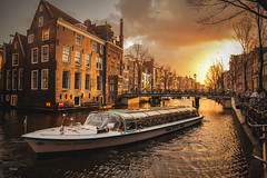 Amsterdam (CROMEO) Tags: amsterdam red lights district holland holanda netherlands sunset sol out boat canal turismo turism euro europe union paises bajos cromeo cr photo photography view point amazing place capital city nikon fullframe pic foto clouds sky pajaros bikes bicis