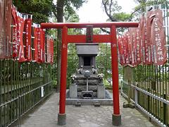 ALTAR TEHASEDERA (titoalfredo) Tags: rojo arquitectura asia kamakura altar estatuas japon templo hasedera piedra callejon capilla budista airelibre banderolas titoalfredo