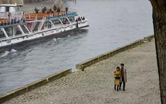 la promenade au bord de la Seine ... (miriam ulivi) Tags: miriamulivi nikond7200 france paris parigi lungosenna fiume river senna battello people street