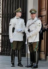 Guarda Casa de La moneda (jakza - Jaque Zattera) Tags: chile uniforme dois homem