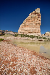 Steamboat Rock in Dinosaur National Monument, Colorado, USA (vonHabsburg) Tags: usa unitedstates vereinigtestaaten nature natur colorado steamboadrock dinosaurnationalmonument dinosaurnm river fluss sky himmel blue orange blau gravel echoparkroad