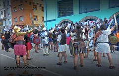 Saludo al presidente. (dlmanrg) Tags: gente armas grupo swords cantabria saludo espadas gladiadores saludos cascos revilla gladius faldas cantabros corralesdebuelna loscorralesdebuelna