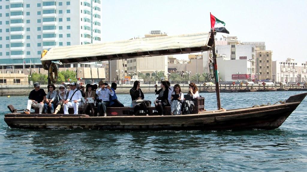 Ngồi thuyền trên sông Dubai Creek