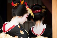 襟足 (byzanceblue) Tags: nape maiko gion kyoto geisha geiko miyagawacho color black red white line makeup kanzashi kimono とし恵美 とし純 宮川町 祇園 京都 舞妓 芸舞妓 芸妓 化粧 襟足 nikkor