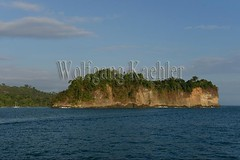 60071773 (wolfgangkaehler) Tags: 2017 costarica southamerica southamerican latinamerica latinamerican centralamerica costarican nationalpark tropic tropical tropicalrainforest tropicalrainforests tropics manuelantonionationalpark manuelantonionationalparkcostarica manuelantonionp viewfromboat view viewfromsea viewfromship island rocky rockycoastline cliff