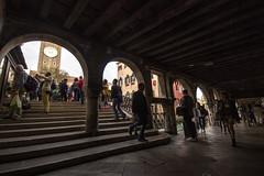 VENEZIA. PER LE ANTICHE SCALE. (FRANCO600D) Tags: venezia sottoportico ponte veneto venedig venice venecia italia italy italie italien bellitalia turismo turisti serenissima archi scalinata scalini orologio canon eos600d sigma franco600d