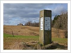 auf einsamen Höhen (Norbert Kaiser) Tags: wegweiser sandstein sandstone sächsischeschweiz elbsandsteingebirge inschrift altendorf