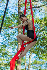King Richards Faire 9-19-2015 222.jpg (jlucierphoto) Tags: people outdoor swing carver performer aerialist lovelyflickr kingrichardsfaire2015