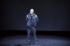 El agente Javier Raya, de la Policía municipal, cuenta su testimonio a los/as jóvenes.