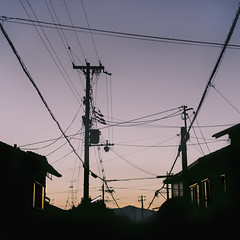 I Dream Of Wires (Novowyr) Tags: road city houses sunset japan evening abend sonnenuntergang close wires connected lastlight verbindung connections carlzeiss ssquare kyōto verbunden