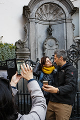 Brussels (jaumescar) Tags: brussels bruselas tourist attraction selfie photo travel couple manneken pis statue peeing smartphone