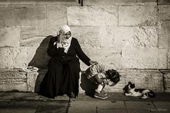Istanbul - Donna al telefono e bambina che gioca con gatto (ugo.ciliberto) Tags: istanbul turchia donna woman telefono phone bambina children gatto cat bn bw bianconero blackwhite seppia sepia