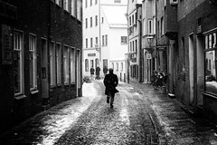 Snowfall (Sandy...J) Tags: snowfall city urban atmosphere photography street streetphotography sw monochrom blackwhite winter people