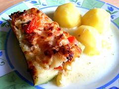 Vegetarische gefüllte Zucchini (321tinka) Tags: essen warm vegetarian zucchini käse tomaten teller mittag kartoffeln sose vegetarische gefüllte