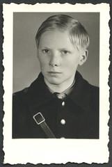 Archiv C115 Hitlerjunge 1930er (Hans-Michael Tappen) Tags: boy portrait 1930s thirdreich porträt frisur hj junge kleidung nazigermany drittesreich hitlerjunge 1930er atelierphoto atelierfoto archivhansmichaeltappen