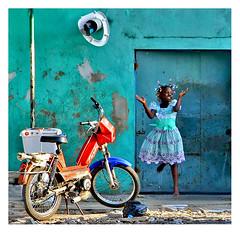 joie (Marie Hacene) Tags: africa child vert mur enfant côtedivoire afrique abidjan marcory mobylettefillette