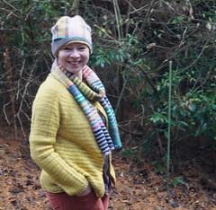 Spaziergang (krewerkerstin) Tags: hat yellow knitting colorful gelb lustig cardigan mtze gehen strickjacke gelbe stricken kni spazieren bunte mischung