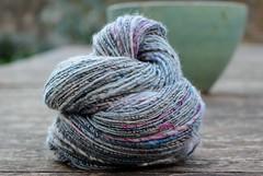 Une même toison, deux filés différents (chabronico) Tags: filer filage handspun wool laine silk soie seide