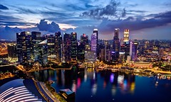 Lights and colors (Jhaví) Tags: ciudad city atardecer luces agua asia skyline nubes color water lights singapur cityatnight travelingasia viajandoporasia colours