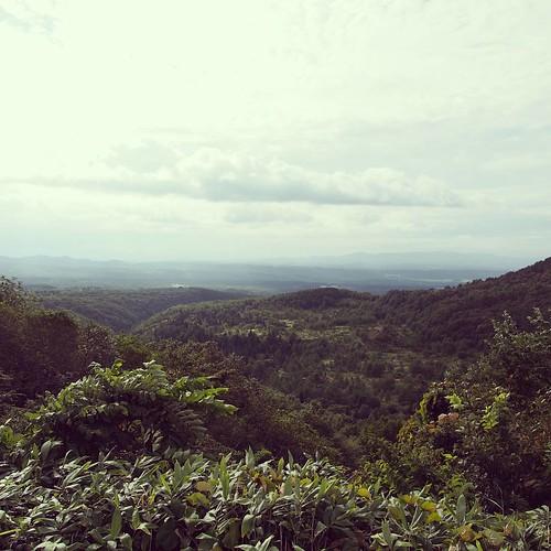 新青森でクルマを借りて山中へ。八甲田山に近づいています。